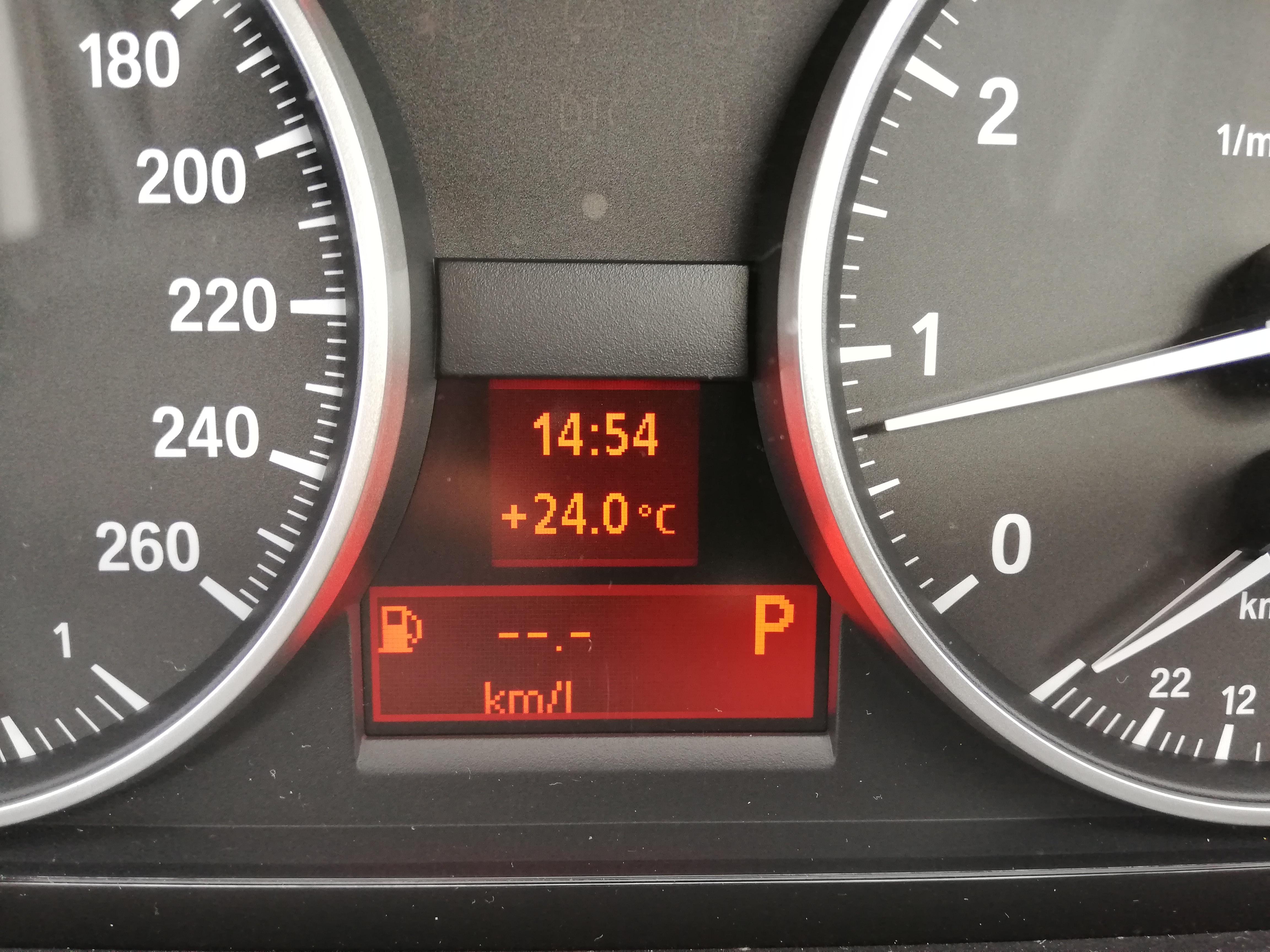 簡単カスタム!BMWロゴカーテシランプでラグジュアリー感UP!